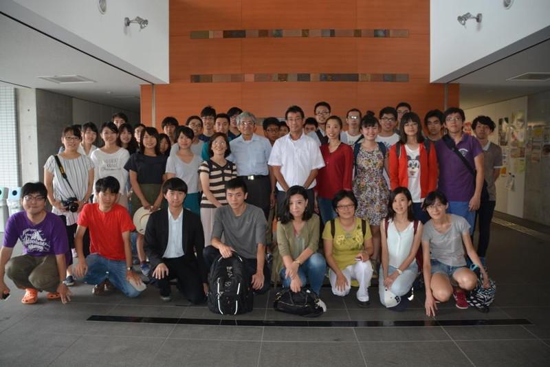 学生を引率して果樹園芸学研究室を訪問する陳教授と林助教との集合写真
