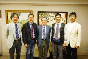 左から神崎国際交流委員長、Hsu学科長、縄田研究科長、Hsu教授、藤原教授